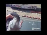 Парень объясняет голубю популярным языком, что не надо гадить на балконе